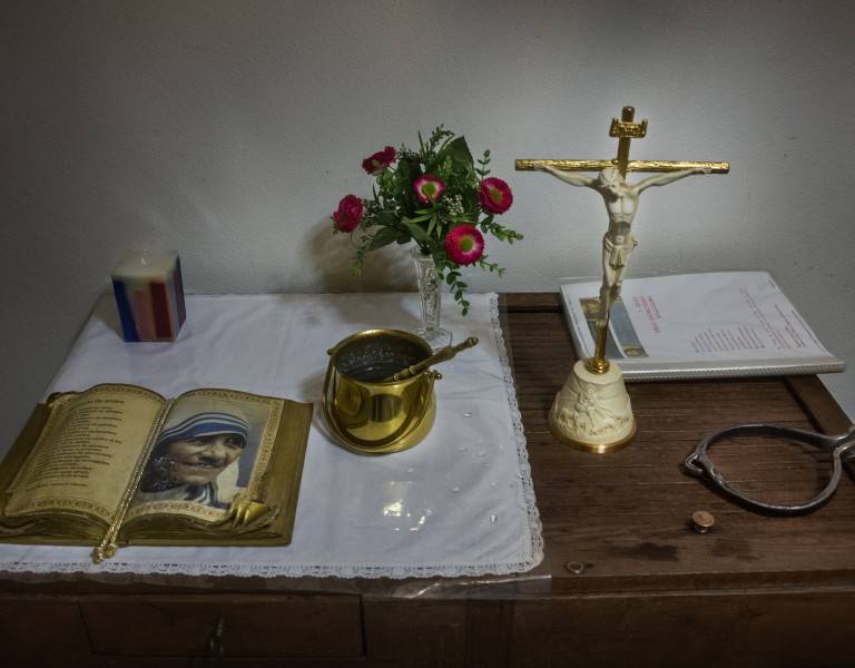 Weihwasser, Gebete, Kruzifix - alles, was ein Exorzist braucht (Foto: Max Intrisano)