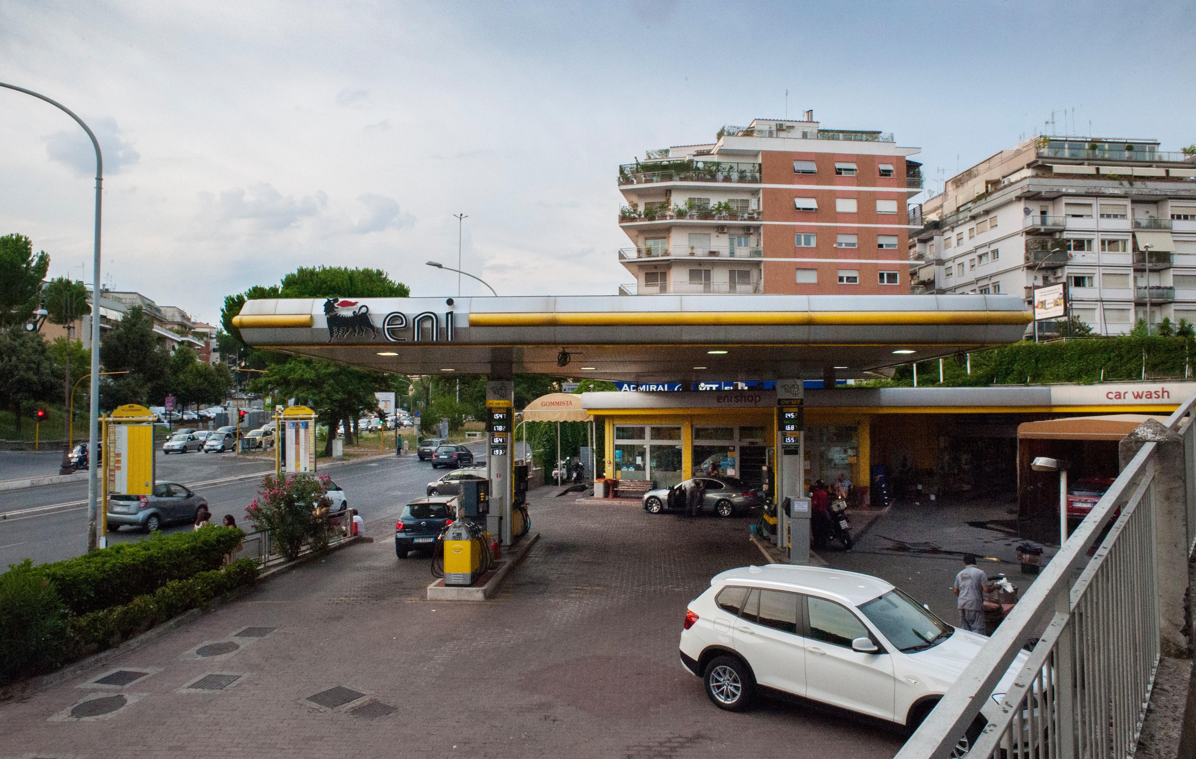 Eni-Tankstelle am Corso Francia: Mafia-Boss Massimo Carminati hielt auf der Sitzbank im Hintergrund seine Besprechungen ab. Foto: Max Intrisano