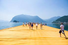Floating Piers. Das begehbare Kunstwerk des Künstlers Cristo am Lago d'Iseo.