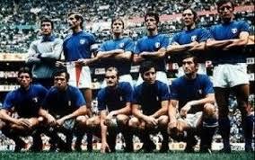 """Italiens Startelf im """"Jahrhundertspiel"""" von 1970. Rivera wurde erst in der zweiten Halbzeit für Sandro Mazzola (vordere Reihe, dritter von rechts) eingewechselt."""
