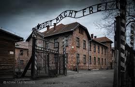 """""""Arbeit macht frei"""" - Das Tor zum KZ Auschwitz"""
