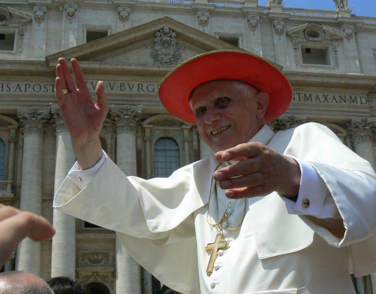 Im vollen Ornat: Papst Benedikt XVI., in seiner aktiven Amtszeit mit rotem Hut.