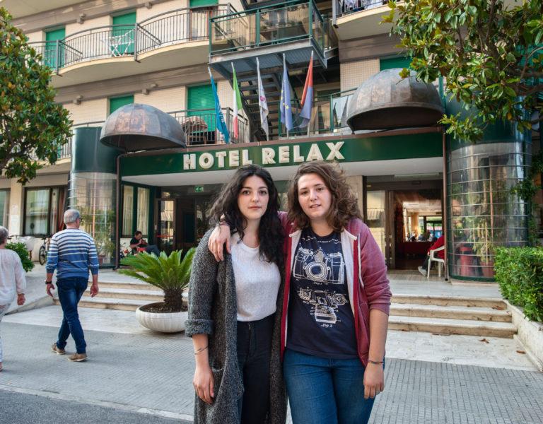 Livia Micozzi und Elisa Vittori vor ihrem neuen Zuhause. Foto: Max Intrisano