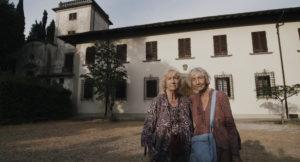 Paola und Lorenza Mazzetti vor der Villa Il Focardo. Foto: Film-Produktion